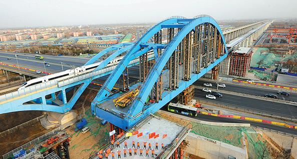村特大桥跨京开高速公路一体式双线简支钢箱拱桥顶推顺利完成-中央